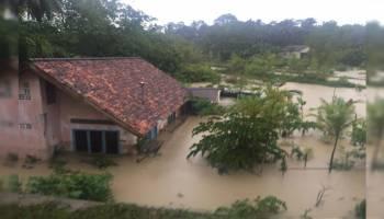 Hujan deras yang melanda kota Muntok dari malam tadi sampai dengan saat ini mengakibatkan banjir di sejumlah titik.