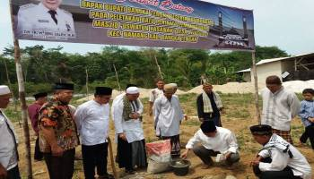 Ibnu Saleh Letakkan Batu Pertama Pembangunan Masjid Uswatun Hasanah Desa Jelutung