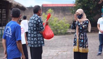 Ibu Melati Erzaldi Distribusikan Kebutuhan Pokok Pada Masyarakat
