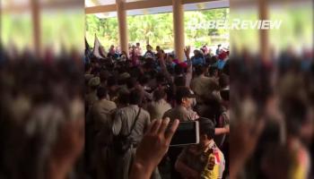 Ini Video Kericuhan Unjuk Rasa Mahasiswa Dengan Polisi di Gedung DPRD Babel