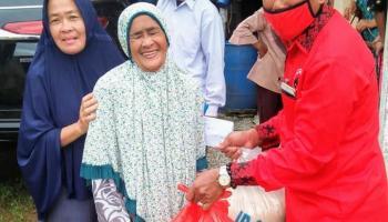 Iskandar Kembali Menyalurkan Bantuan 150 Paket Sembako di Tiga Desa