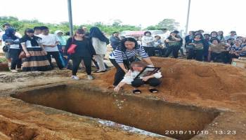 Istri Korban Lion Air JT 610 Tak Kuasa Tahan Tangis