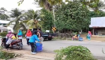Jaga Kebersihan Desa, Pemdes Simpang Tiga Rutin Gelar Jumat Bersih