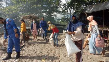 Jaga Objek Wisata, PT Timah Bersama Masyarakat Gotong Royong Bersihkan Pantai SeBaBe