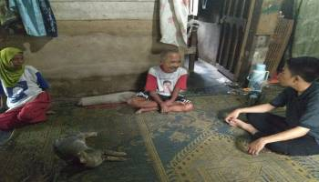 JCA Jumat Sedekah Kunjungi Rumah Mbah Muhito Yang Masak Pakai Pelepah Kelapa