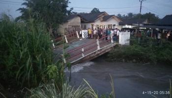 Jembatan Delas Ambruk, Satu Pedagang Bakso Dikabarkan Jadi Korban