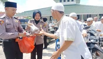 Jumat Barokah, Polres Bangka Barat Bagi Makanan Gratis di Masjid Jami' Muntok