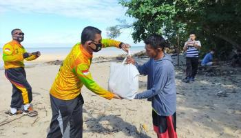 Jumat Barokah, Polres Bangka Barat Gelar Bakti Sosial dan Bersih Pantai Batu Itam