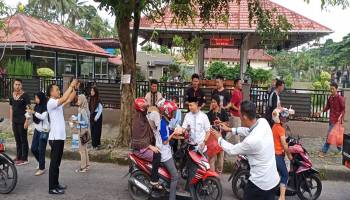 Jurnalis Sepintu Sedulang Bagi-Bagi Takjil Bersama Wakil Bupati
