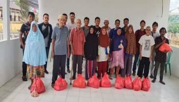 Jurnalis Sepintu Sedulang Beri Bantuan Paket Sembako kepada Kaum Dhuafa