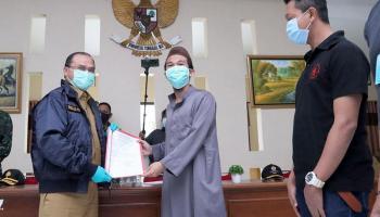 Kabar Baik, Gubernur Erzaldi dan Forkopimda Babel Serahkan 16 Surat Sehat Pasien Covid-19