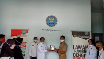 Kades Bukit Layang Terima Penghargaan Desa Bersinar dari BNNP Babel