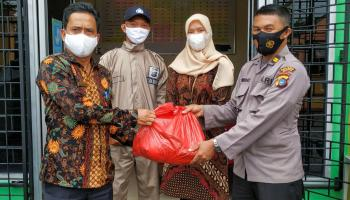 Kapolsek Sungailiat Salurkan Bantuan Sembako untuk Korban Banjir di Kudai