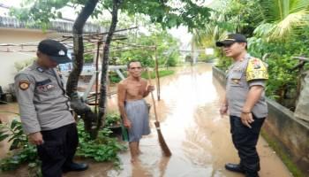 Kapolsek Toboali Tinjau Kondisi Banjir di Jalan Rawa Bangun