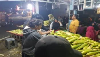 Kebanjiran Pembeli, Empat Ton Jagung Pedagang Ini Ludes Terjual Untuk Perayaan Tahun Baru