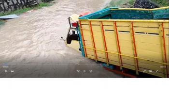 VIDEO: Kecelakaan Truk Ngebut Terjun ke Sungai di Sungailiat