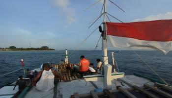 Kisah Slamet Bolak-Balik Naik Sampan Demi Layani Listrik Masyarakat Pulau