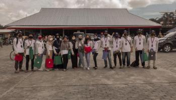KKN UBB Desa Air Ruai Bagikan Tote Bag di Pasar Higienis