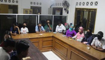 KKN UBB Desa Deniang Ikut Kegiatan Asistensi Pengawasan Ujian Paket ABC Masyarakat Desa Deniang