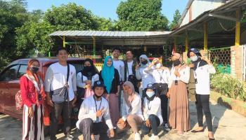 KKN UBB Desa Kace Timur Perduli Lingkungan Sehat, Pasang 5 Tong Sampah