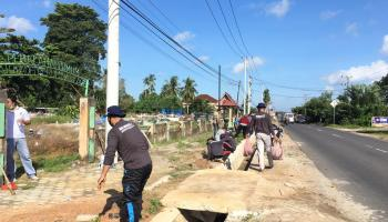 KKN UBB Desa Kace Timur Tanam 500 Bibit Pucuk Merah