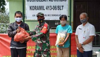 Koramil Sungailiat Bersama Dinsos Bangka Berikan Bansos kepada Warga Terdampak Covid-19