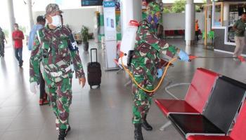 Korem 045/Gaya Bersama Tim Gabungan melakukan Penyemprotan Disinfektan Serentak