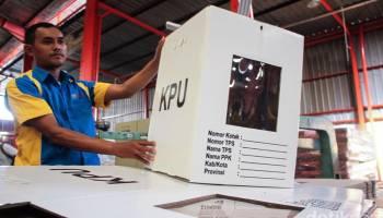 KPU Bangka Tengah Lapis Kotak Suara dengan Plastik