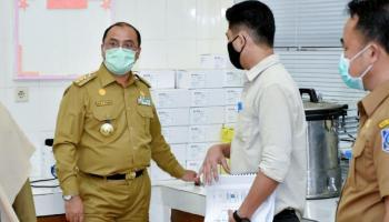 Kulkas Penyimpanan Sampel Swab di Labkesda Penuh, Gubernur Erzaldi Langsung Bawa dari Rumah Dinas