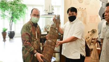 Kunjungi Tins Gallery, Gubernur Erzaldi Serahkan Alat Tradisional Babel