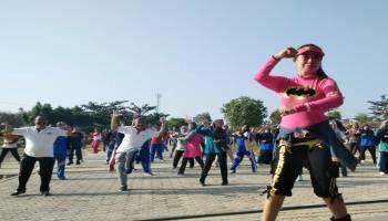 Lantunan Merdu 'Lagu Syantik' Sibad Hipnotis Rektor UBB untuk Bergoyang
