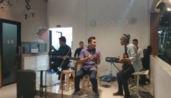 Live Akustik Karyawan Angkasa Pura Hibur Para Pengunjung Pujasera Bandara Depati Amir