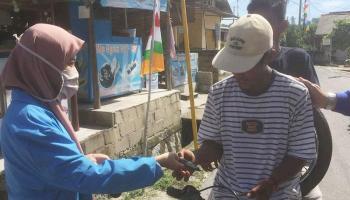Mahasiswa KKN UBB Bagi-Bagi Masker kepada Masyarakat