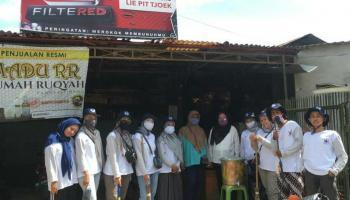 Mahasiswa KKN UBB Kelurahan Ampui Gotong Royong dan Bagikan Tempat Cuci Tangan