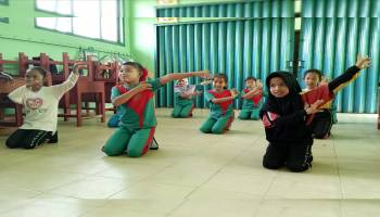 Mahasiswa KKN UBB Latih Siswa SD Baris Berbaris dan Tarian Daerah