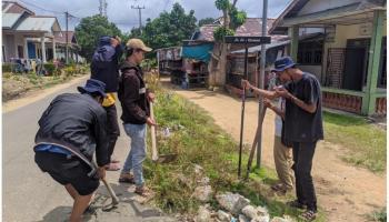 Mahasiswa KKN UBB Pasang Plang Nama Jalan Desa Tempilang