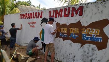 Mahasiswa KKN UBB XV 2020 Percantik Dinding Pemandian Dusun Airpandan