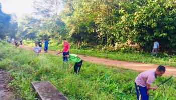 Mahasiswa UBB Bina Desa Gotong Royong Bersama Warga Pebuar