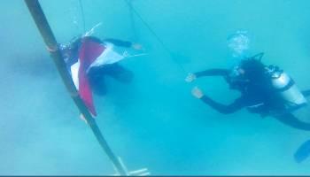 Mahasiswa UBB dan Pokdarwis Kibar Bendera Di Bawah Laut Perlang