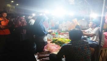 Malam Takbiran, Pedagang Kue Diserbu Masyarakat
