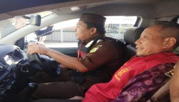 Usai Diperiksa, Mantan Sekwan DPRD Kota Pangkalpinang Memakai Rompi Tahanan