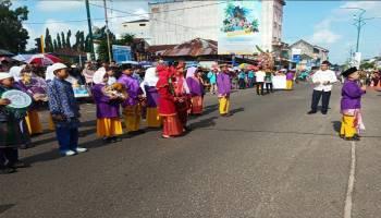 Masyarakat Memenuhi Jalan Sudirman di Toboali, Menunggu Festival Telok Serujo