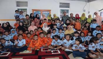 Melati Erzaldi Bermain Bersama Anak-anak PAUD Angkasa Lanud HAS Hanandjoeddin Belitung
