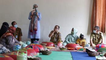 Melati Erzaldi Motivasi Perempuan Desa Jelutung