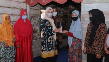 Melati Erzaldi Serahkan Cetakan Kopiah Resam untuk Desa Sengir
