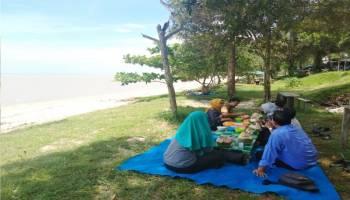 Menikmati Makan Siang di Pantai Gebang Kemilau