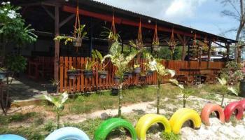 Menikmati Pantai Serdang Sambil Santap Kuliner di RM Dua Putri Jadi Pilihan Berwisata