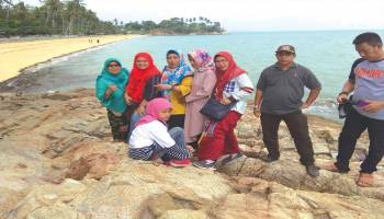 Menikmati Pasir Keemasan Di Pantai Kuninjg Tempilang