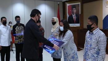 Menteri PANRB Berikan Santunan Kepada Ahli Waris ASN yang Meninggal Saat Bertugas Menangani Covid-19