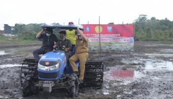 Menteri Pertanian RI Tanam Padi Pertama di Desa Batu Betumpang